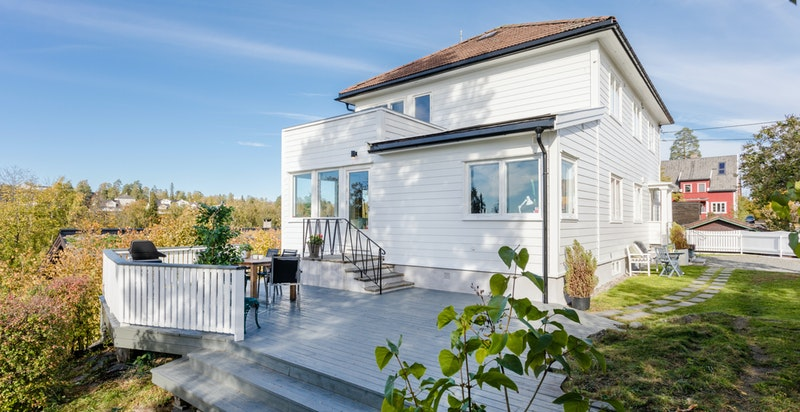 Solrik terrasse med nedgang til hage