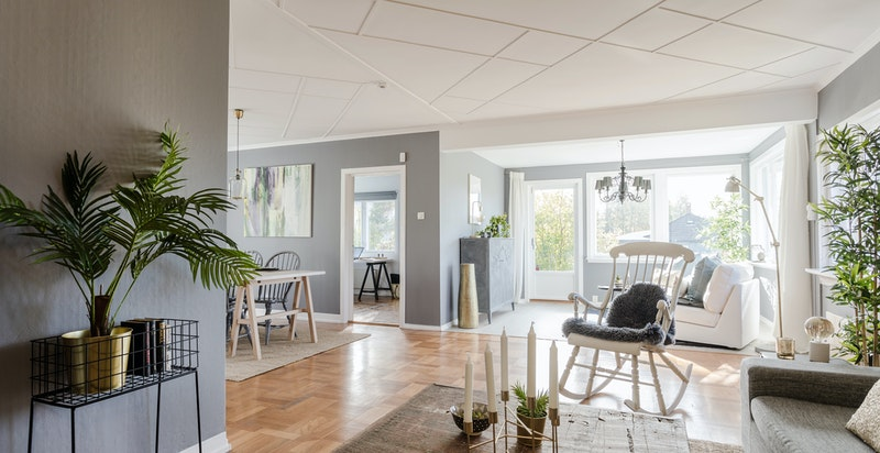 Romslig og lys stue - boligens beliggenhet gir rikelig med naturlig lys