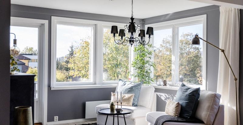 Utgang fra stuen til solrik terrasse med nedgang til hage