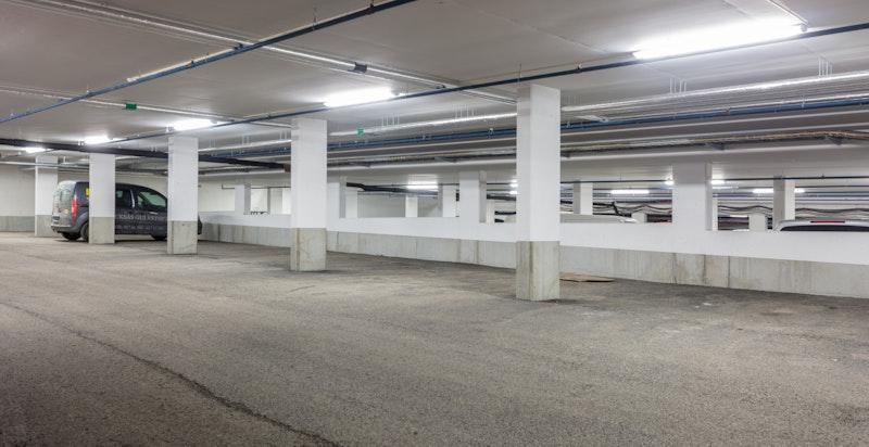 Det følger garasjeplass i underliggende anlegg med heisadkomst.