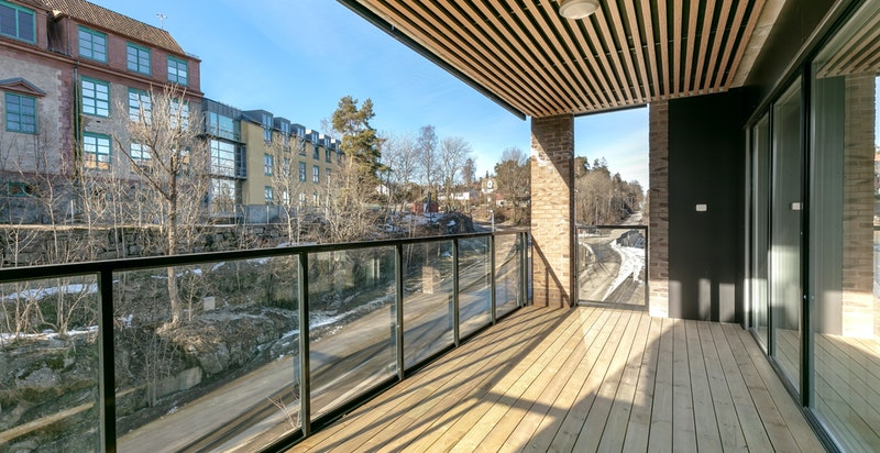Balkongen er på 17 kvm og har god plass til diverse utemøblement.