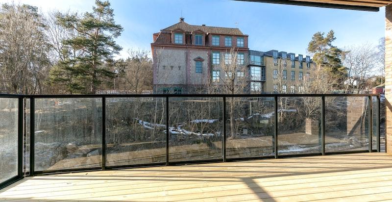 Fra stuen er det utgang til vestvendt balkong på 17 kvm med takoverbygg, strømuttak og belysning i tak.