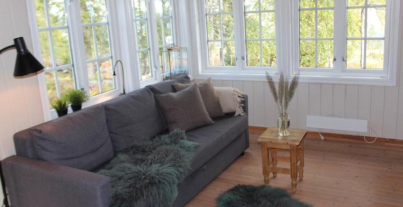 Stue i tilbygg, kan også brukes som soverom