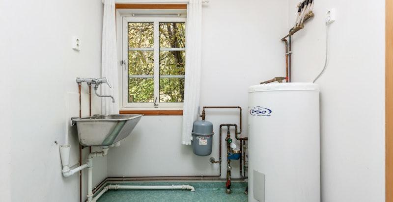 Vaskerom med utslagsvask og opplegg for vaskemaskin og tørketrommel