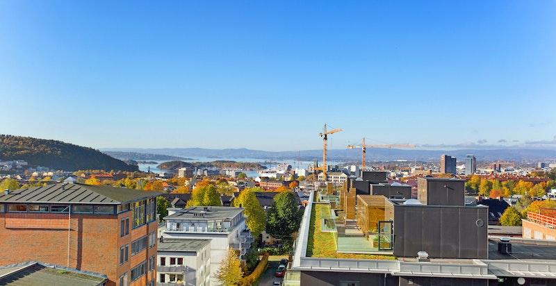 Nydelig utsikt og meget gode solforhold på takterrassen.