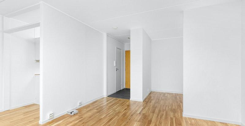 Det er bygget sovealkove i stuen som har plass til dobbeltseng og garderobeinnredning.