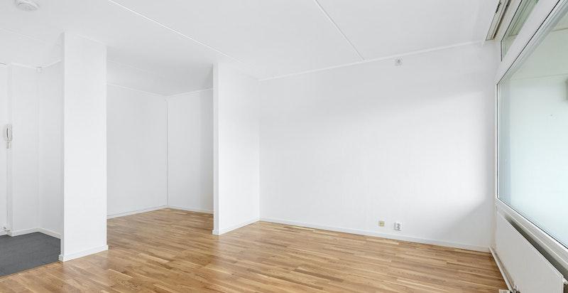 Det er plass til sofagruppe og spisebord i rommet, i tillegg er det utgang til vestvendt balkong på 7 kvm med plass til utemøblement og grill.