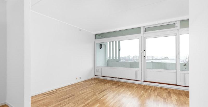Leiligheten har en fin stue med store vindusflater som gir godt med lys til boligen.