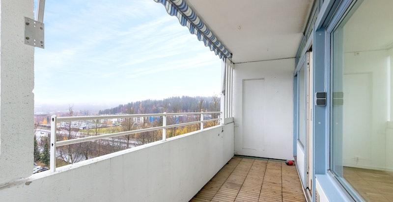 Balkongen er 7 kvm og har god plass til utemøblement. Nyt sommerdagene her!
