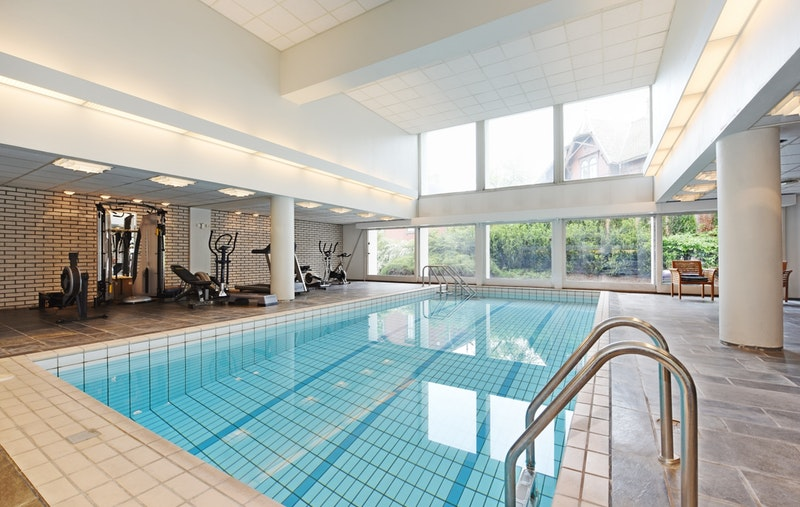 Felles svømmebasseng- og treningsrom med garderober