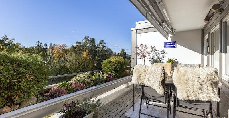 Solrik terrasse uten innsyn - hvor man kan følge med barna som leker utenfor