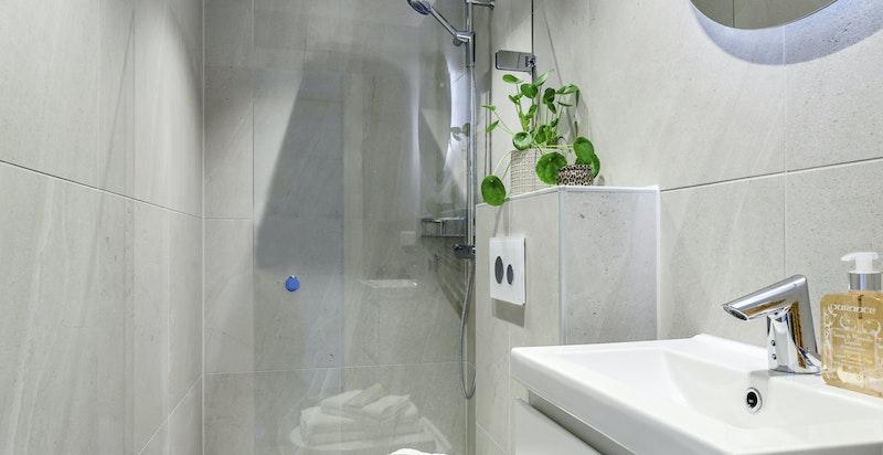 Nytt og stilrent baderom fra 2018 med regnfalldusj og berøringsfri servantkran