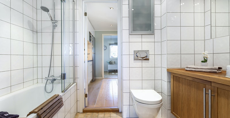Bad tilknyttet hovedsoverom med badekar/dusj