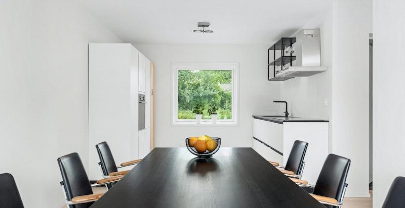 Stue og delvis åpent kjøkken