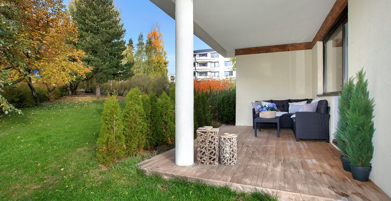 Stor, overbygget og vestvendt markterrasse (ca. 14 m2) med videre adkomst til felles hage