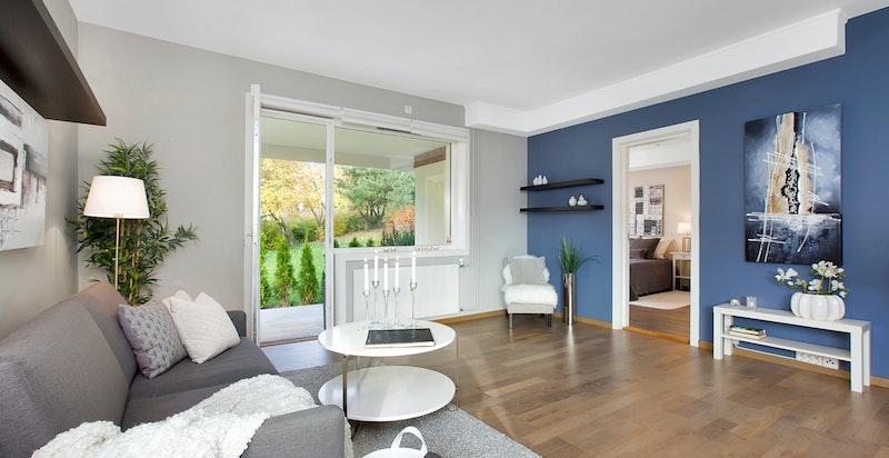 Romslig stue med peis og utgang til terrasse