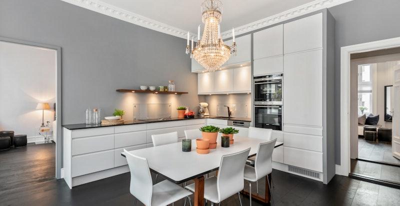 Kjøkken/spisestue med arkitekttegnet kjøkkeninnredning med elementer fra Designa
