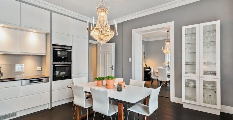 Tre flotte rom på rad: Hjørnestue, bibliotek/spisestue og kjøkken/spisestue
