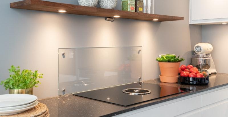 Integrert stekeovn, dampovn, induksjonstopp med integrert kullfiltervifte, oppvaskmaskin og kjøl/ fryseskap