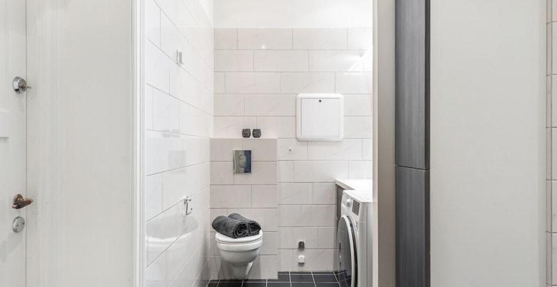 Hovedbadet med opplegg vaskemaskin