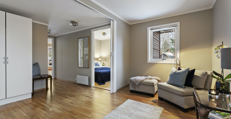 Hall med garderobe og skyvedør til det som er leilighetens soverom nr 2
