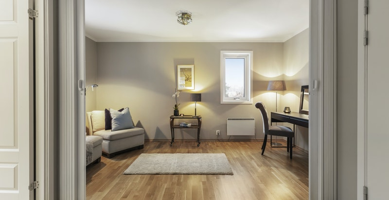 Soverom nr 2 er i dag i bruk som stue/kontor - nymalte vegger, tak og gerikter