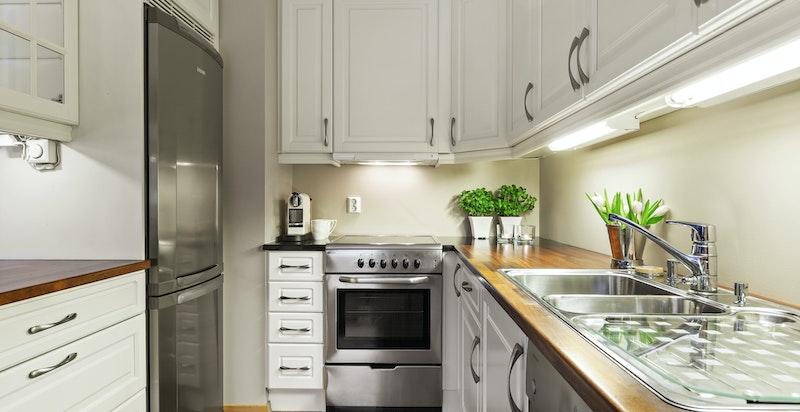 Lekkert kjøkken fra Strai Norform med hvitevarer i stål utførelse (følger med)