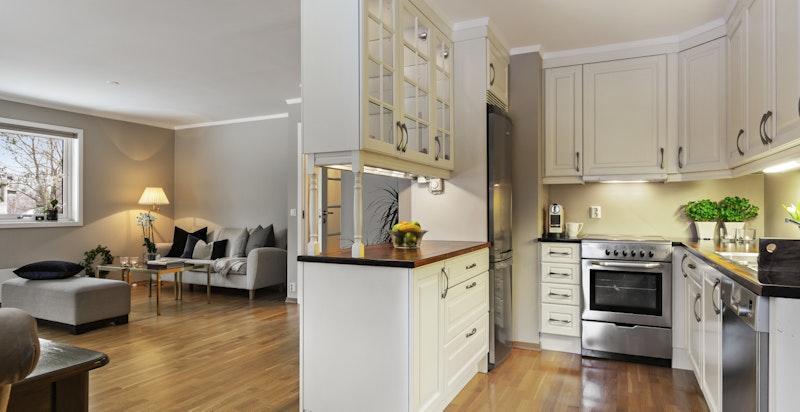 Godt med skap- og benkeplass på kjøkkenet - heltre mahogny benkeplate