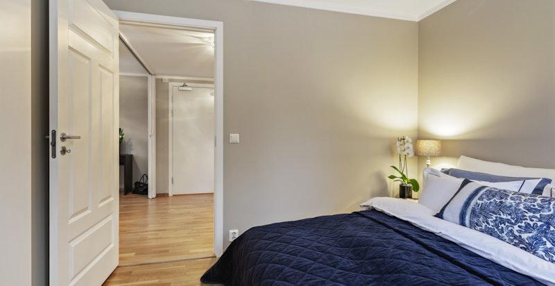 Soverommet har plass til stor dobbelseng og nattbord på hver side (nymalte vegger, tak og gerikter)