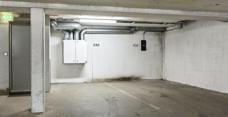 Det følger to garasjeplasser til leiligheten - dør til heisområdet til venstre