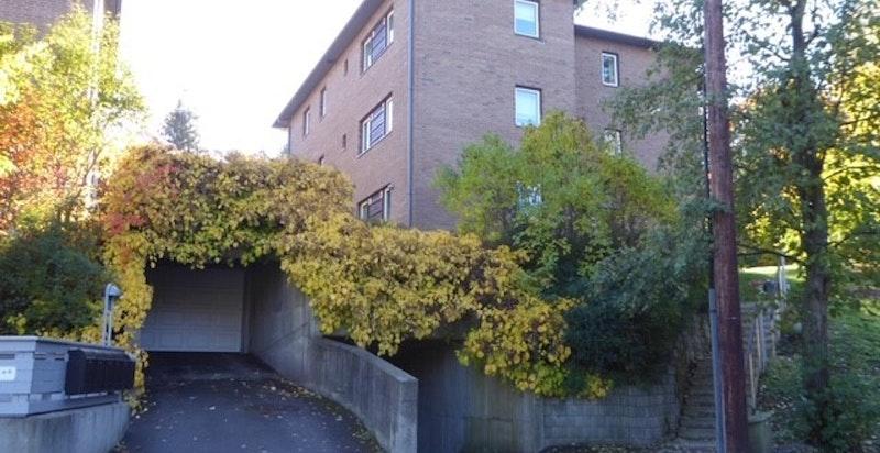 Fasade ved inngangsparti og innkjøring til garasjeanlegg (privat bilde)