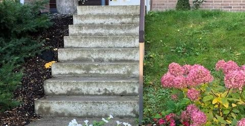 Trapp til inngangsparti (man kan gå trappefritt via inngangen til garasjeanlegget og heis opp til leilighetsplan)