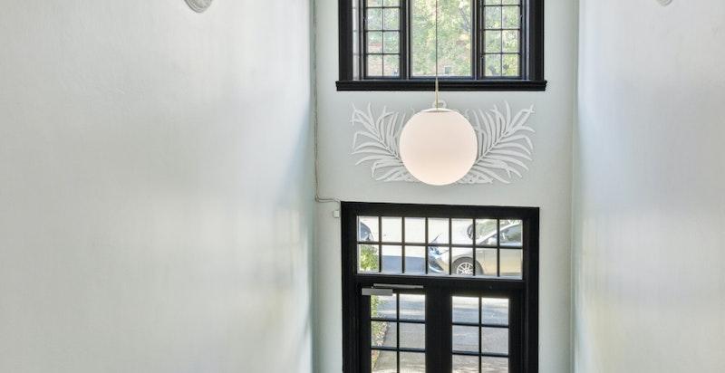 Vakre ornamentsdekorasjon på veggene i inngangspartiet.