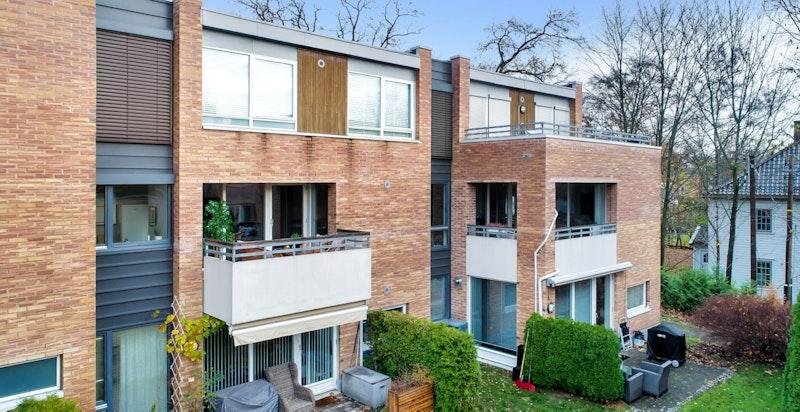 Fasade. Lavblokk fra 2004 med solid og moderne konstruksjon.