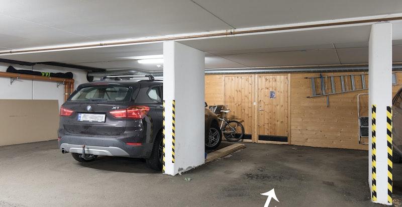 Det medfølger egen garasjeplass med heisadkomst til leilighetsplan.
