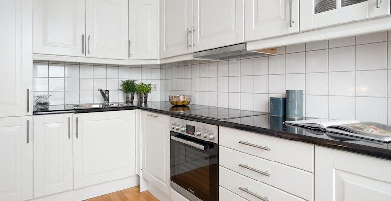 Kjøkken har godt med benk- og skapplass