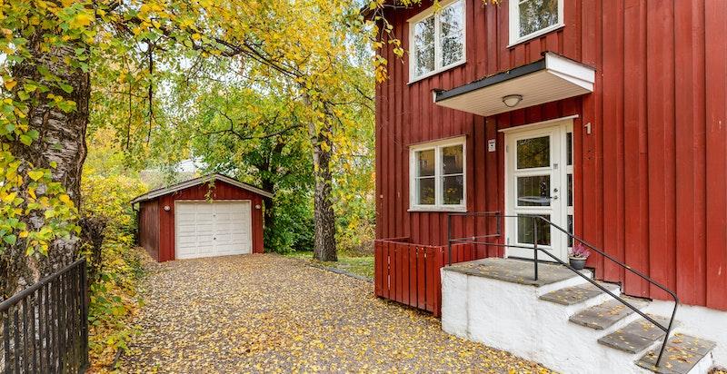 Gårdsplass/inngangsparti/garasje.