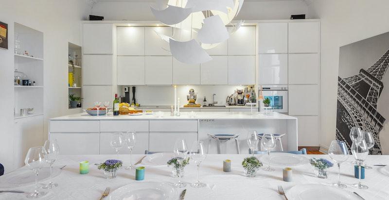 Kjøkken/allrom med spiseplass til mange