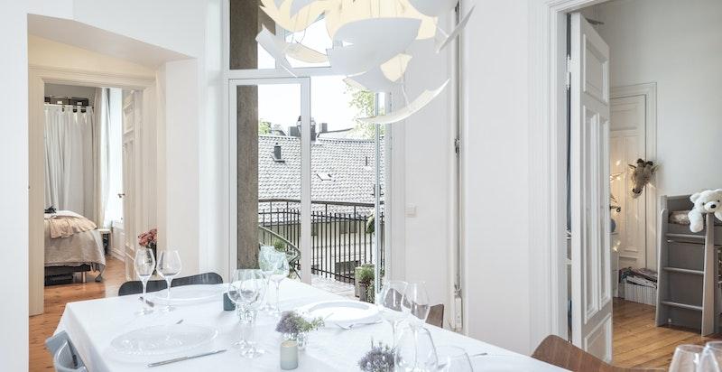 Kjøkkenet er plassert sentralt i leiligheten