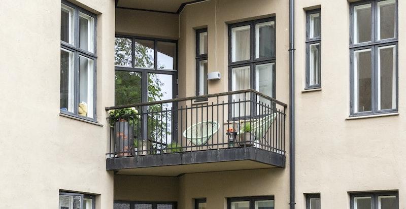 Stor balkong mot bakgård