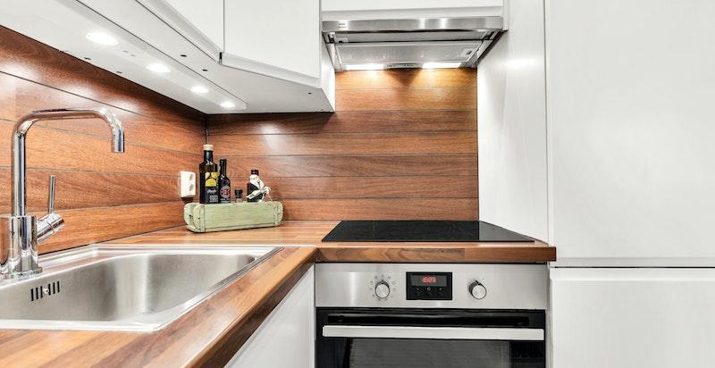 Integrerte hvitevarer på kjøkkenet og godt med belysning