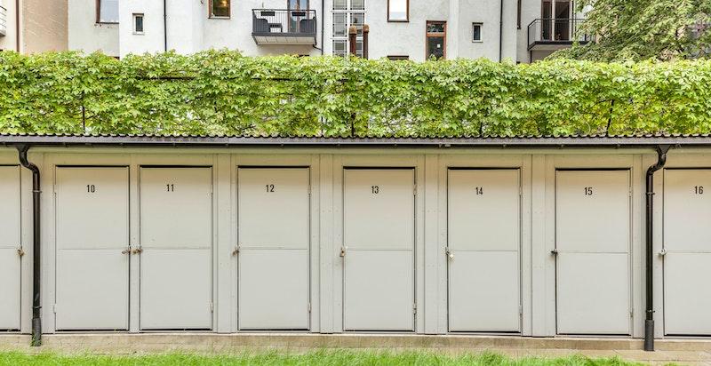 I tillegg til bod på loftet disponerer boligen også en utvendig sportsbod i bakgården