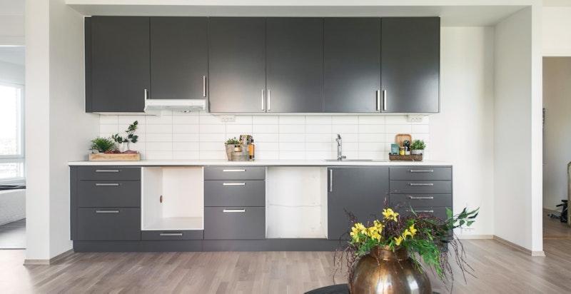 Nytt og ubrukt kjøkken med plass for hvitevarer.
