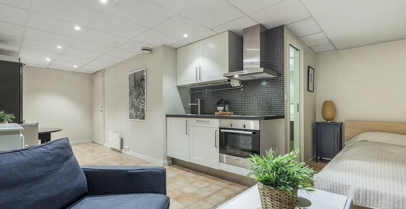 Innredet rom i kjeller med hybelkjøkken og bad (byggemeldt som bod)
