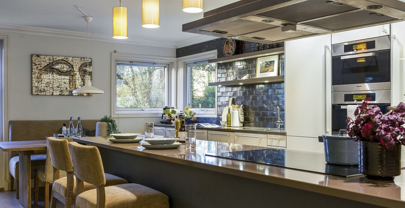 Svært romslig kjøkken med barløsing/spiseplass