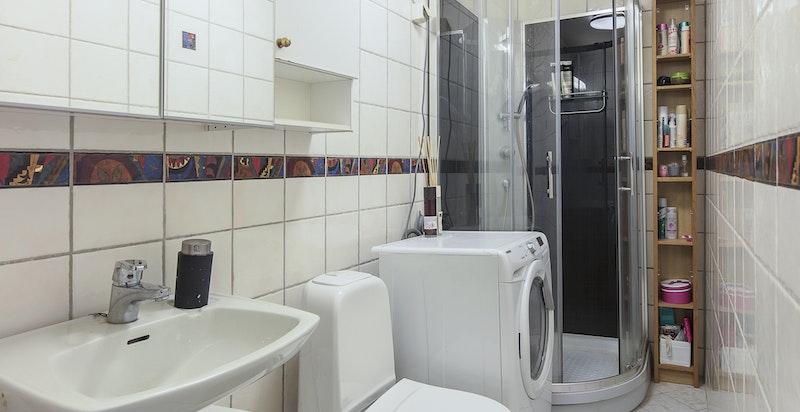 Flislagt bad av eldre dato. Her er det opplegg til vaskemaskin.