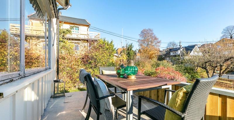 Solrik terrasse med utgang fra spisestuen