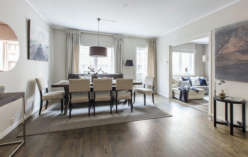 Koselig stue med plass til spisestue og sofagruppe.