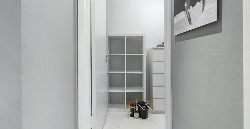 Praktisk walk-in-garderobe/omkledningsrom