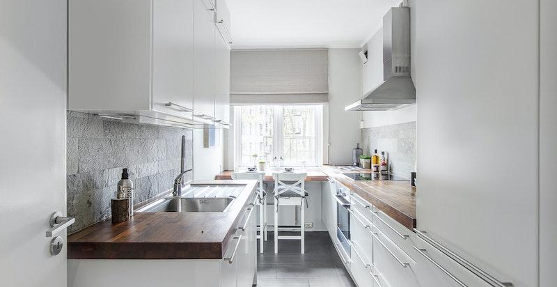 Kjøkkenet har integrerte hvitevarer, samt rikelig med skap- og benkeplass.